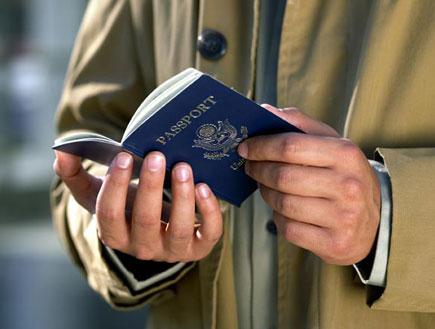 """ישראלים בחו""""ל -איש מחזיק דרכון(jupiter images)"""