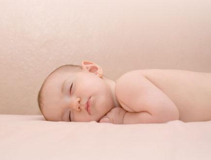 תינוק ישן על שמיכה