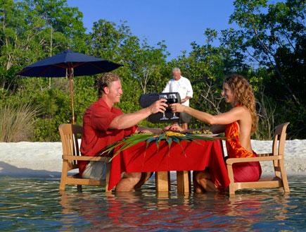 אוכל ומזלות-גבר ואישה מרימים לחיים,שולחן בתוך הים