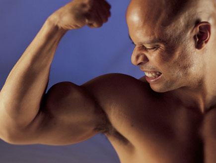 גבר עושה שריר בזרוע (צילום: jupiter images)