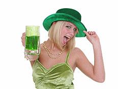 בחורה אירית עם קוקטייל ירוק