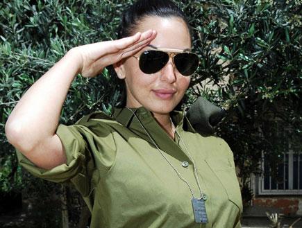 """מאיה בוסקילה במדים של צה""""ל ומשקפי שמש מצדיעה (תמונת AVI: mako  ,חדשות 2)"""