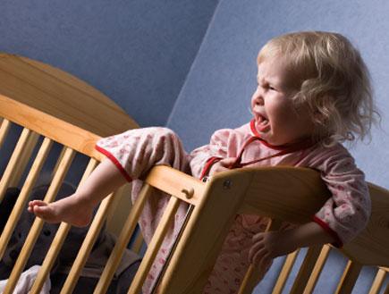 תינווקת בוכה במיטתה (צילום: istockphoto ,istockphoto)