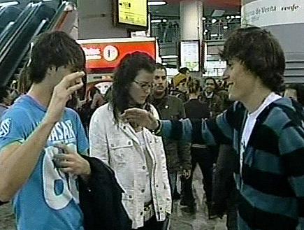 שני ילדים, בחורה, ורקע של המוני אנשים (תמונת AVI: mako  ,חדשות 2)