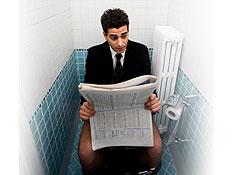עיתון בשירותים