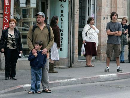 אנשים עומדים בצפירה ברחוב (צילום: רויטרס ,חדשות 2)