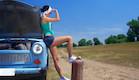 בחורה מחכה לדלק (צילום: vgajic, Istock)