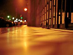 תקריב של מדרכה בלילה במדריד