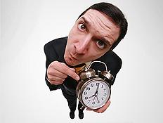 מצביע על שעון