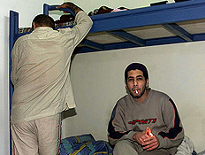 שני אסירים בתא כלא