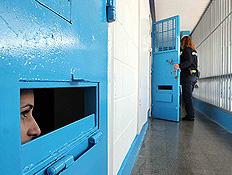 אסירה מציצה מתאה