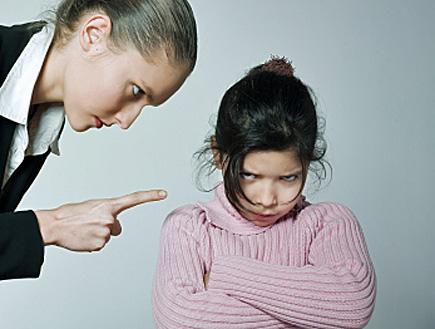 ילדה בורוד ננזפת על ידי אמה