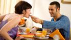 גבר מאכיל את אשתו בארוחת הבוקר (צילום: istockphoto)