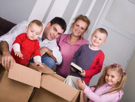 משפחה שלמה נערכת לאריזת הבית (צילום: istockphoto)