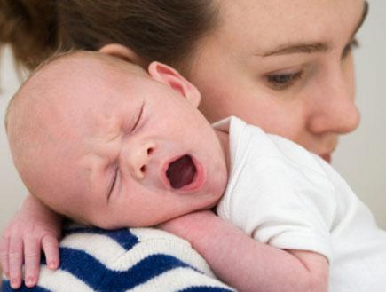 אמא מחזיקה על כתפה תינוק בן יומו (צילום: istockphoto)
