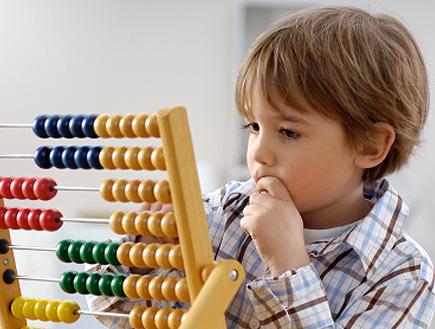 ילד מחונן פותר תרגילים באמצעות חשבוניה (צילום: istockphoto)