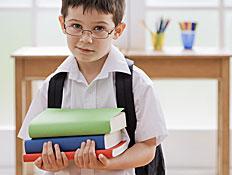 ילד מחזיק ספרים