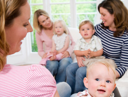 מטפלות עם תינוקות (צילום: jupiter images)