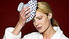 אישה בחלוק לבן שמה קרח נגד כאב ראש (צילום: jupiter images)