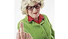 זקנה עושה אצבע משולשת (צילום: jupiter images)