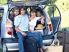 משפחה מאושרת באוטו