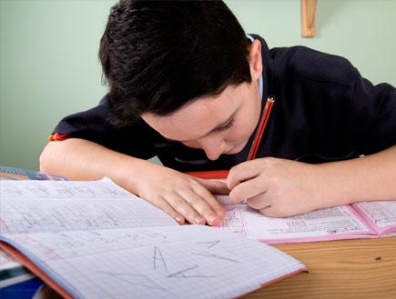 ילד כותב ביד שמאל (צילום: istockphoto)