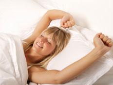 אשה מתחת לשמיכת פוך