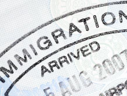 חותמת הגירה בדרכון (צילום: istockphoto)