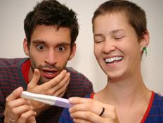 זוג מופתע עם בדיקת הריון