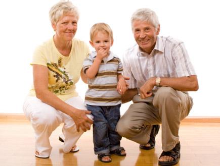 סבא וסבתא עם נכדם(istockphoto)