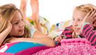 שתי ילדות מדברות במיטה(istockphoto)