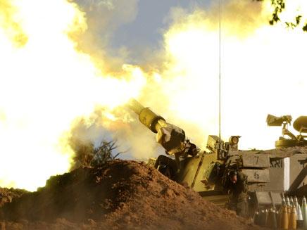"""ירי צה""""ל לעבר עזה (צילום: רויטרס)"""
