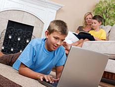 ילד בחולצה כחולה גולש במחשב