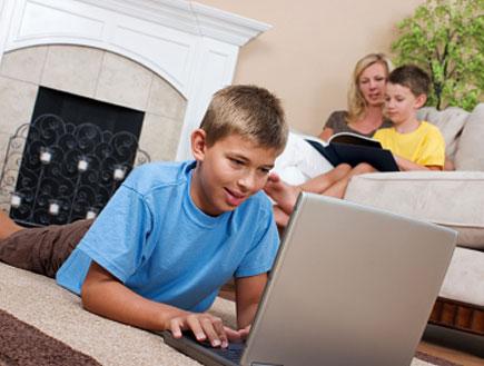 ילד בחולצה כחולה גולש במחשב (צילום: istockphoto ,istockphoto)