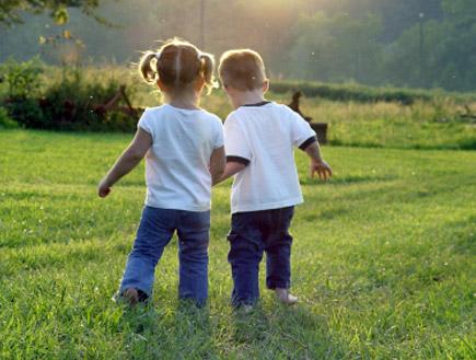 ילד וילדה מחזיקים ידיים(istockphoto)
