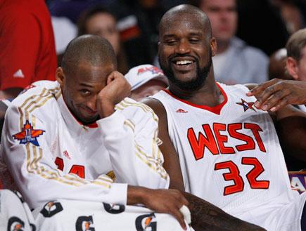 שאק וקובי צוחקים על הספסל באולסטאר(רויטרס)