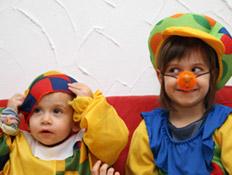 ילדים מחופשים לליצנים