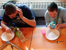נערים אוכלים