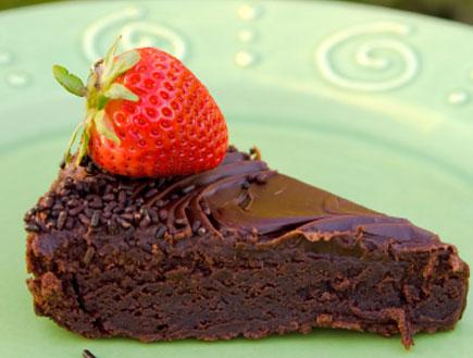 פרוסת עוגה, עוגה, עוגת שוקולד, תות, יאמי (צילום: istockphoto ,istockphoto)