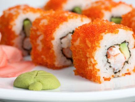 סושי עטוף בביצי דגים (צילום: istockphoto ,istockphoto)
