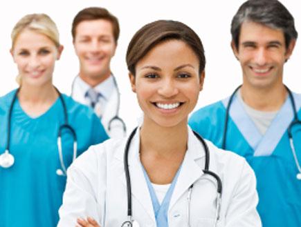 צוות של רופאים מחייכים (צילום: istockphoto ,istockphoto)