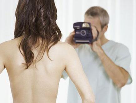 גבר מצלם בחורה ערומה(istockphoto)