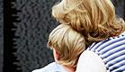 אם מחבקת את בנה(istockphoto)