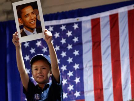 תמונתו של אובמה בידי ילד קטן בפלורידה (צילום: רויטרס)