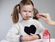 ילדה לוקחת סירופ לשיעול