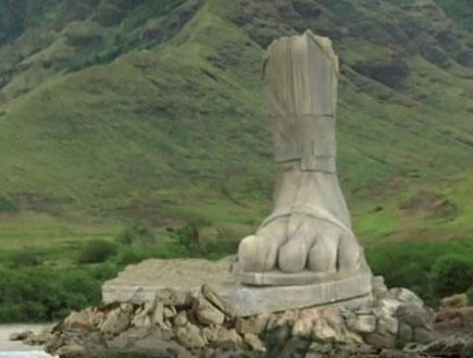 אבודים - רגל של פסל על האי