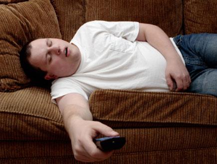 גבר עצלן על הספה(istockphoto)