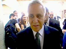 משה קצב הנשיא לשעבר בדרכו החוצה מבית המשפט