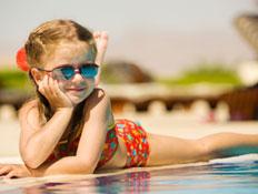 ילדה בבריכה עם משקפי שמש