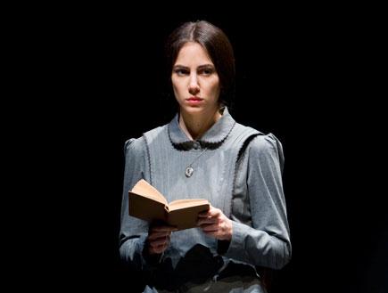 מתוך ההצגה סיפור פשוט של תיאטרון חיפה (צילום: יחסי ציבור)